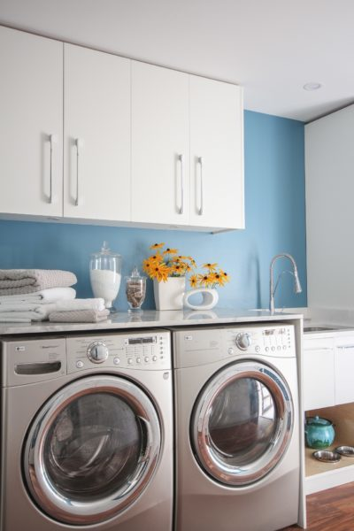 AF-525 paint colour with white cabinets